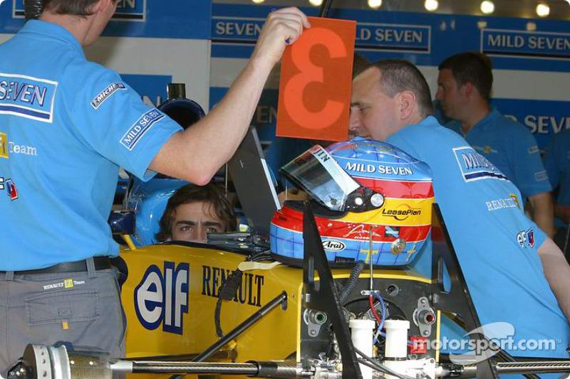Fernando Alonso en la zona del garaje de Renault F1