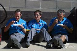 Сотрудники команды Renault F1 team за обедом