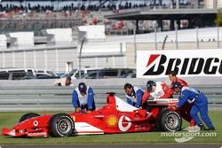 Michael Schumacher empuja su Ferrari