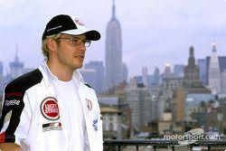 Jacques Villeneuve regarde les gratte-ciels de New York