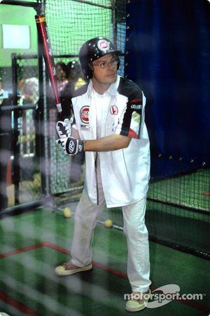 Jacques Villeneuve joue au baseball