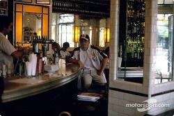Jacques Villeneuve dans un café
