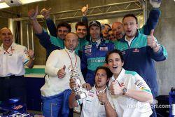 Heinz-Harald Frentzen célèbre son podium avec les membres de l'équipe Sauber