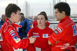Gilles Panizzi discute avec les ingénieurs Emilie Le Fur et Michel Nandan