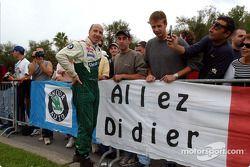 Didier Auriol pose avec ses fans