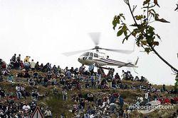Des fans et un hélicoptère
