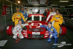 Franz Beckenbauer, président du Bayern de Munich, et les six pilotes de l'équipe Abt Sportsline ainsi que Hans-Jürgen Abt, directeur, et le Dr Wolfgang Ullrich, dirigeant d'Audi Sport
