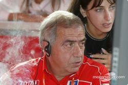 Corrado Provera et Michelle Panizzi regardent les chronos