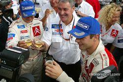 Champagne pour Daniel Elena, Guy Fréquelin, Sébastien Loeb et l'équipe Citroën Sport