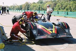 Arrêt au stand pour la #12 G&W Motorsports Lola B2K/40 Nissan de Robert Prilika, Davey Jones et Dann
