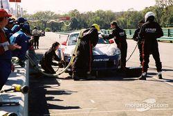 Arrêt au stand pour la #39 Stevenson Motorsports / Auto Assets Porsche GT3 RS de Chip Vance et John