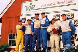 Podium STII : les vainqueurs Eric Curran et Bob Beede avec Howard Liebengood Sr., Bill Fenton, Bob Beede, Donald Jacobs et Michael Ellis