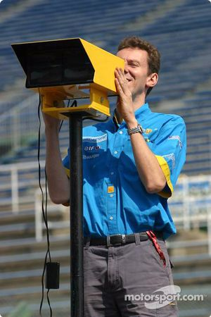 Miembro del equipo Renault F1 prepara pitlane