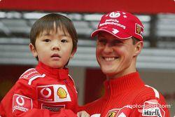 Michael Schumacher con un joven fan en un evento promocional de Shell
