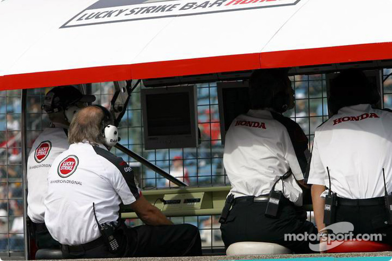 David Richards en pared del pit de BAR Honda