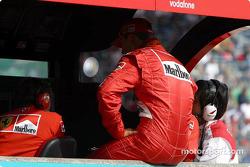 Michael Schumacher en la pared del pit de Ferrari