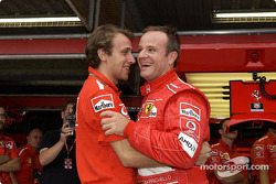 Rubens Barrichello celebra la pole con Luca Badoer