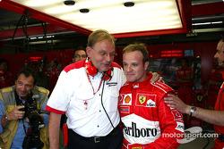 Rubens Barrichello celebra la pole con Kess Van de Grint