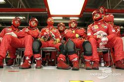 Los miembros del equipo Ferrari ven la carrera