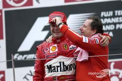 Podio: ganador de la carrera Rubens Barrichello celebra con Jean Todt
