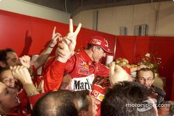 Michael Schumacher celebra el sexto Campeonato del mundo con los miembros del equipo Ferrari