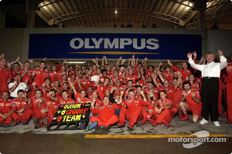 Michael Schumacher y Rubens Barrichello celebran con los miembros del equipo Ferrari