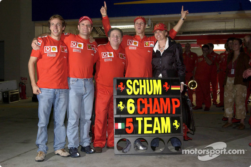 Michael Schumacher ve Rubens Barrichello celebrate ve Luca Badoer, Jean Todt ve Corinna Schumacher
