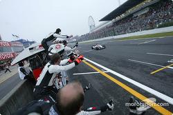 Jenson Button cruza la línea de meta