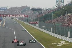 Michael Schumacher pasa a Mark Webber detrás de Takuma Sato