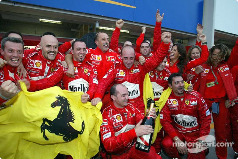 Los miembros del equipo Ferrari celebran