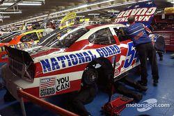 Les mécaniciens National Guard travaillent sur la voiture de Todd Bodine