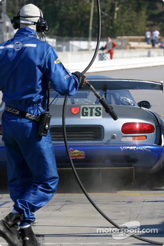 Arrêt au stand pour la #71 Carsport America Dodge Viper GTS-R de Jean-Phillippe Belloc, Tom Weickardt et Eric Cayrolle