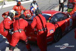 Arrêt au stand pour la #08 Prodrive Ferrari 550 Maranello de Jérôme Policand, Jan Lammers et Frédéri