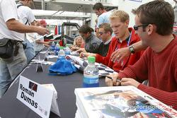Séance d'autographes : Jorg Bergmeister et Romain Dumas