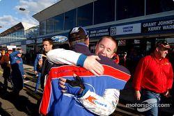 Greg Murphy est félicité par son coéquipier Rick Kelly après avoir signé la pole position
