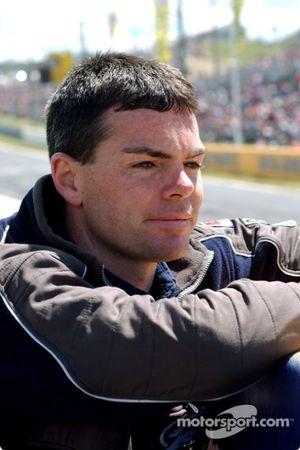 Un Craig Lowndes décontracté suit la progression de son coéquipier Glenn Seton