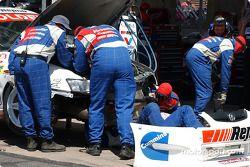 L'équipe Garry Rogers Motorsport travaille sur la voiture de Garth Tanders