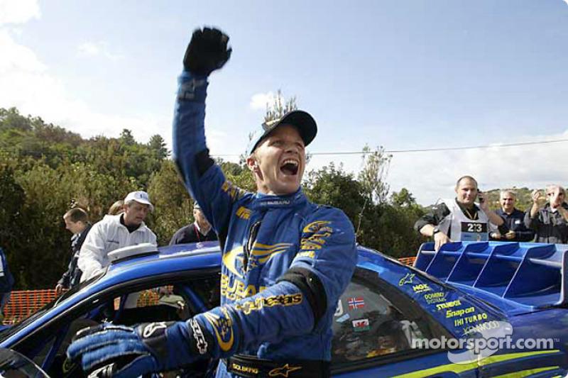 Petter Solberg celebra la vittoria