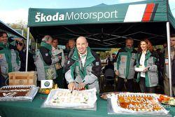 Didier Auriol coupe un gâteau célébrant son 150e rallye WRC