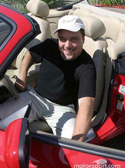 Johnny Miller remporte la Jaguar XK8 de 2003 en récompense pour sa pole position