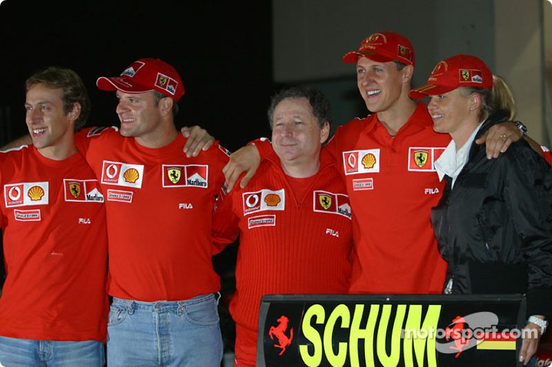 Michael Schumacher ve Rubens Barrichello celebrate ve Luca Badoer, Jean Todt ve Corinna Schumacher