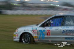 La #76 ICY / SL Motorsports Mazda Protegé de Chip Herr et Bob Henderson a des problèmes