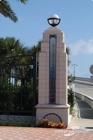 End post of International Bridge