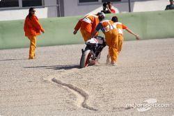 Маршалы убирают мотоцикл из зоны вылета