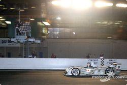 #5 Audi Sport Japan Team Goh Audi R8: Tom Kristensen, Seiji Ara bajo la bandera a cuadros