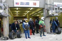 Duncan Dayton et des membres d'Intersport Racing Field attendent le prochain arrêt au stand