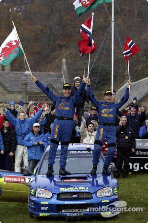 Petter Solberg et son co-pilote Phil Mills célèbrent le titre WRC