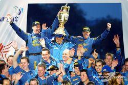 Petter Solberg et son co-pilote Phil Mills célèbrent le titre WRC avec l'équipe Subaru World Rally Team