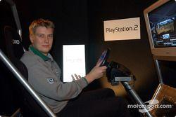 Toni Gardemeister essaie la PlayStation 2
