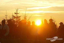 Des fans au coucher du soleil
